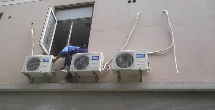 3,清洗空调内机蒸发器,打开活动外壳取下滤网就可以看到金属翅片的